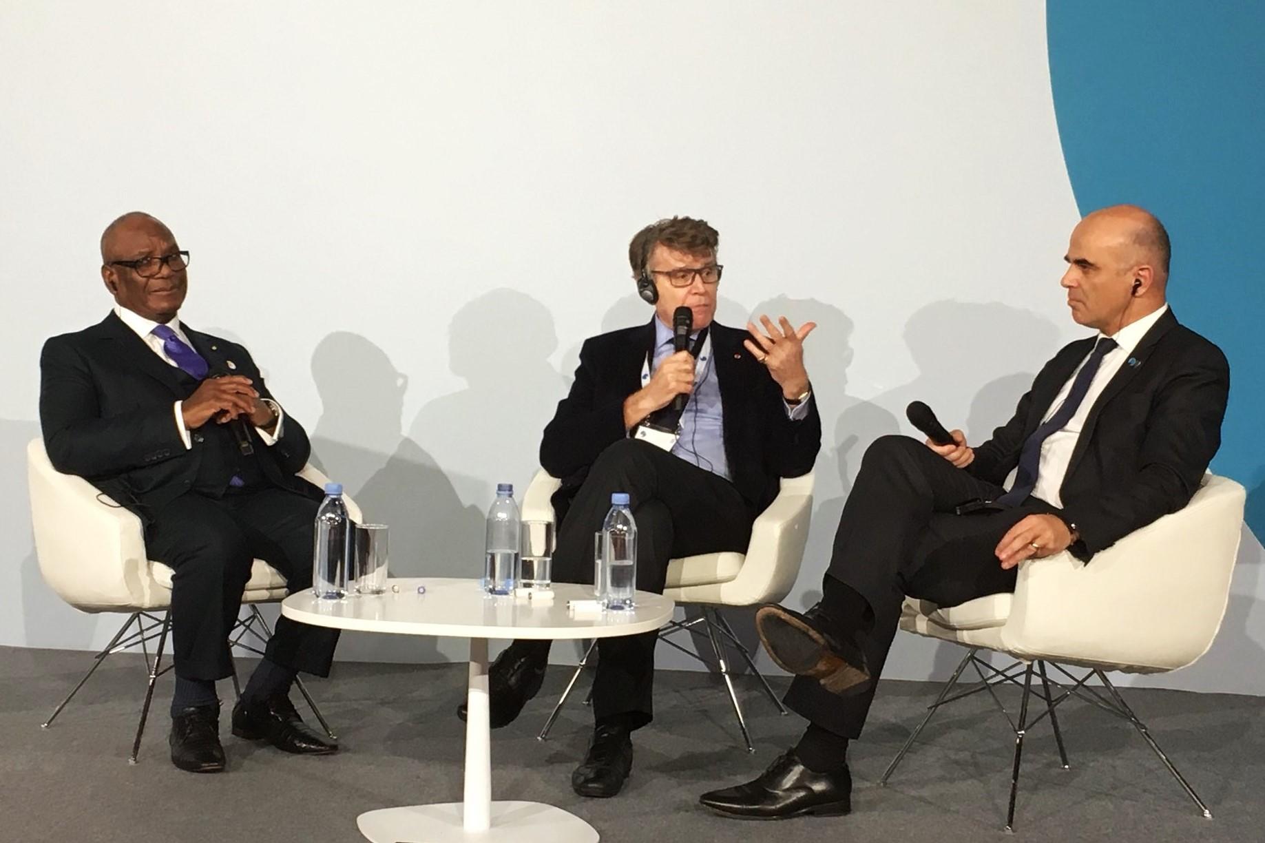 Thierry de Montbrial, Président de l'Ifri, Ibrahim Boubacar Keita, Président du Mali, et Alain Berset, Président de Suisse, lors du Forum de Paris sur la paix 2018
